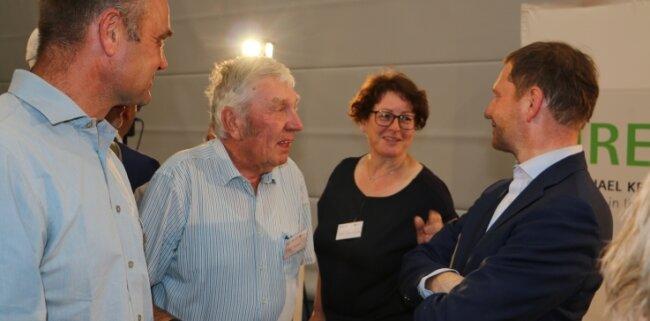Bürgernah und interessiert zeigte sich der Ministerpräsident. Hier im Gespräch mit Maik Kunstmann (links) und Heidi Zimmermann vom Stadtrat Pausa-Mühltroff sowie Rolf Perthel aus Ebersgrün.