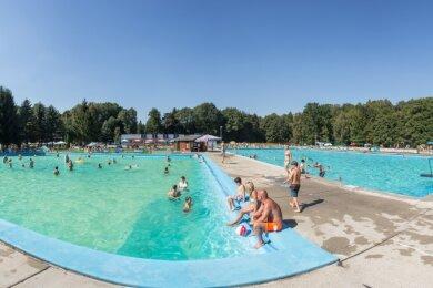 Die Verantwortlichen des Freibades Erdmannsdorf hoffen dieser Tage wieder auf mehr Besucher.