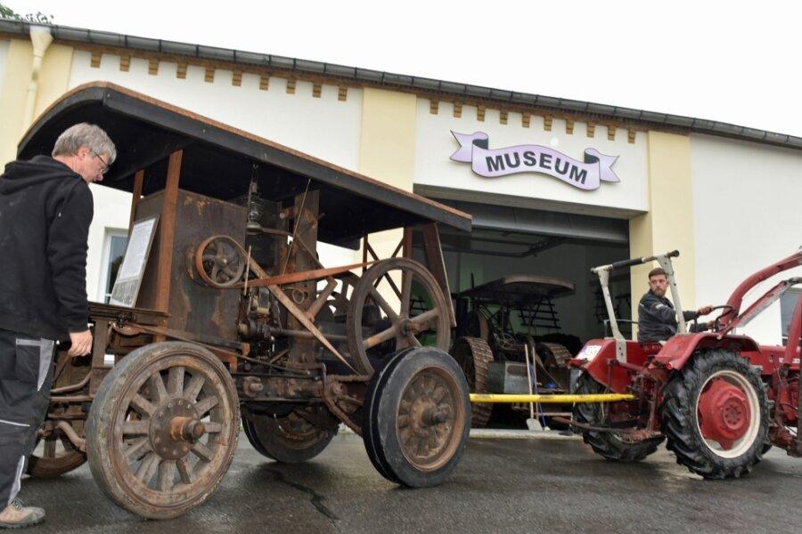 Noch vor dem zweiten Lockdown haben die Bulldogfreunde 2020 um Chef Peter Uhlig (l.) und Stephan Krauße ihre Fahrzeuge umrangiert und für Besucher in Position gerückt. Dazu zählte dieses selbstfahrende Motorlokomobil, welches von den Landsberger Eisenwerken circa 1909 hergestellt worden ist.