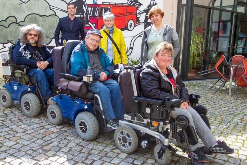Haben sich anlässlich des Protesttages am 5. Mai vor die Tür gewagt: Mario Wolf, Sven König und Mandy Rauh (vorn, von links). Unterstützt wurden sie von Sascha Theile von der Diakonie Auerbach, der Plauener Behindertenbeauftragten Heidi Seeling und Margita Bischof von der Diakonie Auerbach (hinten, von links).