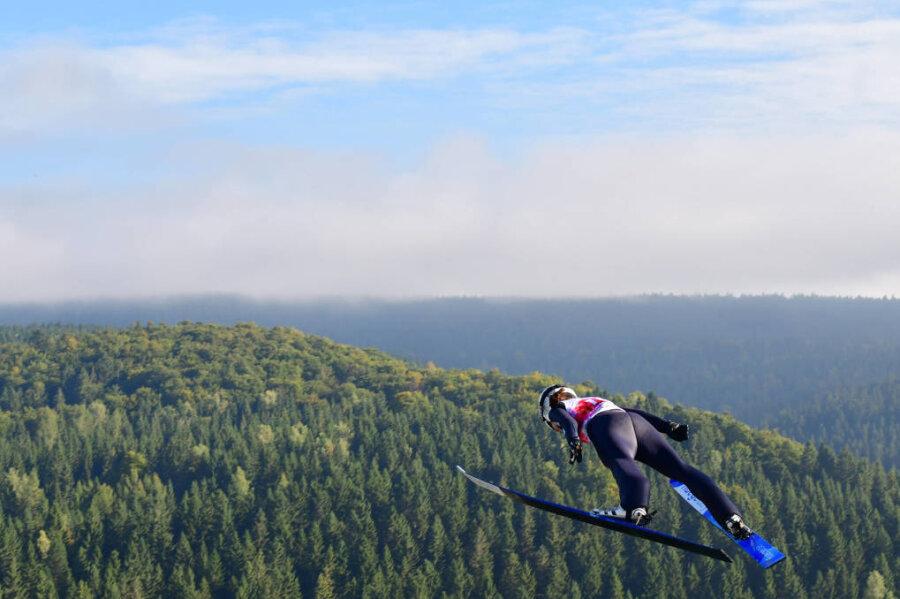 Juliane Seyfarth fliegt über das Erzgebirge.