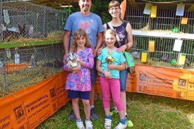 Eine Familie mit Leidenschaft für Kaninchen: Die Eltern Thomas und Katrin sowie die Zwillinge Pia (links) und Mila Kolodziej.