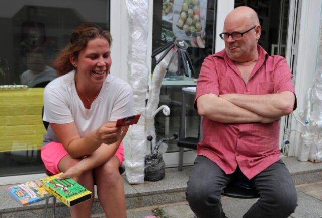 Die Expertin und der Aufklärer: Klaus Fischer hat im Namen der Freunde aktueller Kunst einen Workshop organisiert, bei dem Kathleen Beckmann die Zwickauerinnen und Zwickauer aufklärt.