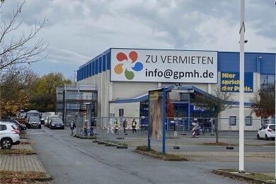 Die Testambulanz befindet sich im ehemaligen Praktiker-Baumarkt im Gewerbegebiet an der Werner-Seelenbinder-Straße.
