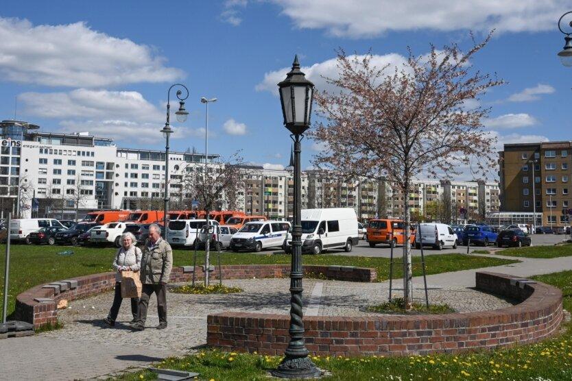Die Insel des Lichts mit den Laternen der Partnerstädte nahe der Kreuzung Bahnhofsstraße/Zschopauer Straße: Im Zuge der Bauarbeiten auf dem dahinterliegenden Parkplatz werden die Leuchten abgebaut.