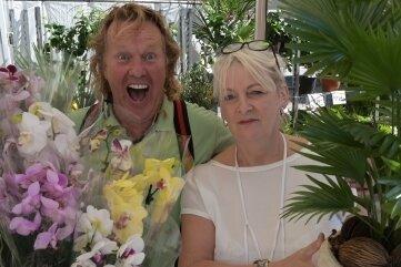 """Roberto Saarloos """"Rob der Holländer"""" (l.) verkauft Simone Derenthal Pflanzen."""