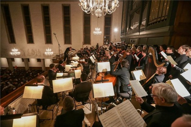 Beim Konzert zum Chemnitzer Friedenstag in der Kreuzkirche in Chemnitz wurde es auf der Orgelempore eng: Robert-Schumann-Philharmonie und Kreuzchor musizierten über den Köpfen von 250 Zuhörern.