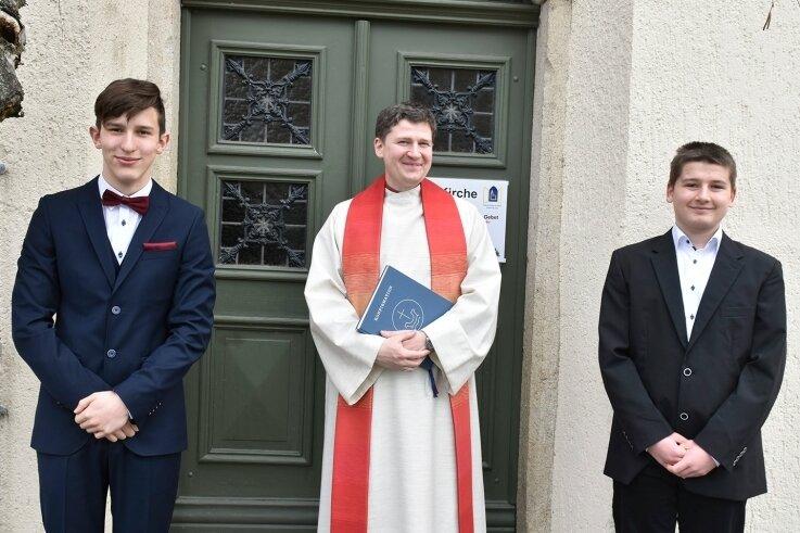 Ein Trio am Palmsonntag: In der Erlbacher Kirche erhielten Ben Seifert (links) und Jeremy Penzel von Pfarrer Jan Dechert die Konfirmation. Es war die erste von drei Konfirmationen im Ort in diesem Jahr.