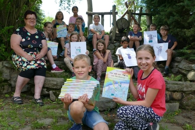 Nach monatelanger Arbeit können Erzieherin Heike Liebsch und die Hortkinder ihr fertiges Buch präsentieren.