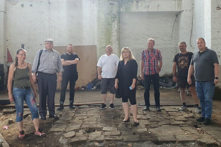 Pöhler Gemeinderäte und Bürgermeisterin Daniela Hommel-Kreißl (Mitte) am Diensteg bei einer Begehung im Alten Umspannwerk Herlasgrün: Kann die Gemeinde die Last der Sanierung schultern?