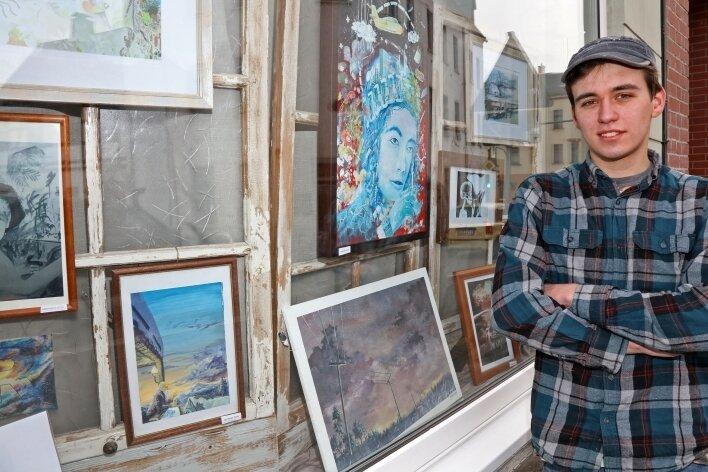 Remo Roocke zeigt im Schaufenster der Kirchberger Kulturinsel einen Teil seiner künstlerischen Arbeiten.