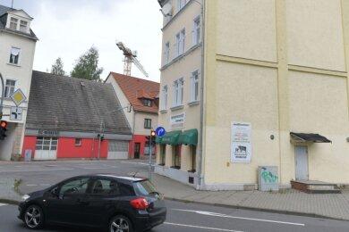 Das Gebäude Berthelsdorfer Straße 29 steht an der Ecke Schönlebestraße unmittelbar am Roßplatz.