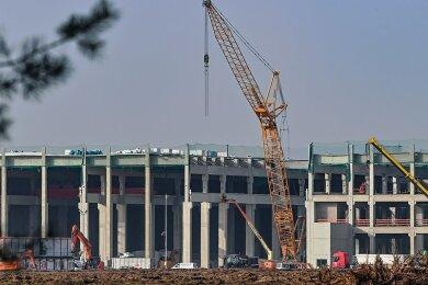 Die Fabrikhallen der Gigafactory wachsen in Rekordzeit.