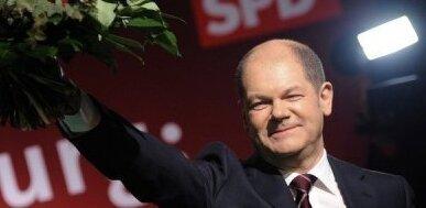 Zum Auftakt des Superwahljahrs 2011 hat die SPD in Hamburg einen fulminanten Wahlsieg erzielt. Nach ersten Hochrechnungen erreichten die Sozialdemokraten in der Hamburger Bürgerschaft sogar die absolute Mehrheit, während die CDU mehr als die Hälfte ihrer Wähler verlor. Die SPD mit ihrem Spitzenkandidaten Olaf Scholz kann die Hansestadt demnach künftig alleine regieren.