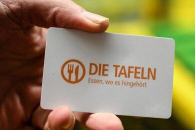 """Eine Einkaufskarte mit der Aufschrift """"Die Tafeln - Essen, wo es hingehört""""."""