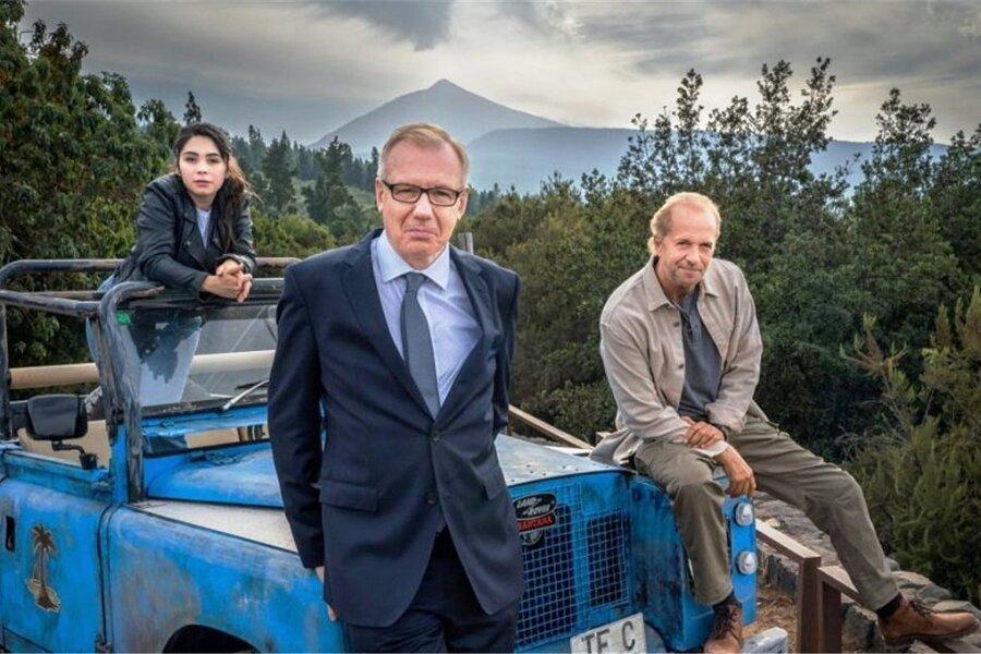 """Jochen Horst (rechts)  und Ludger Pistor sowie Tamara Romera Ginés sind ab 2022 in neuen """"Balko""""-Folgen zu sehen. Foto: Ufa Fiction"""