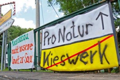 Die Anwohner in Schneppendorf wehren sich weiter gegen das Vorhaben - diese Banner hingen im Juli im Ort.