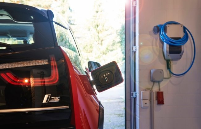 Eine Wallbox in einer privaten Garage. Es gibt inzwischen eine große Auswahl an solchen Ladeboxen mit verschiedenen Leistungsparametern. Aber nicht alle Geräte werden gefördert.