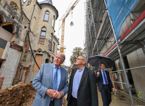 Investor Siegfried Weishaupt (links) bespricht mit Architekt Claus Höhn (rechts) die Herausforderungen bei der Sanierung der Zimmermann-Villa. Daneben wächst das neue Bürohaus empor.