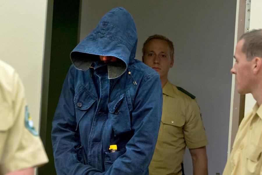 Der Angeklagte Carsten S. erschien auch gestern in blauer Kutte und mit einer Kapuze verhüllt vor Gericht.