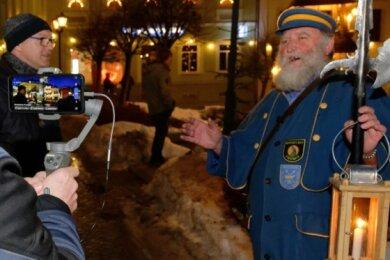 Bürgermeister Wolfgang Triebert (l.) und Nachtwächter Werner Störzel vor der Kamera.