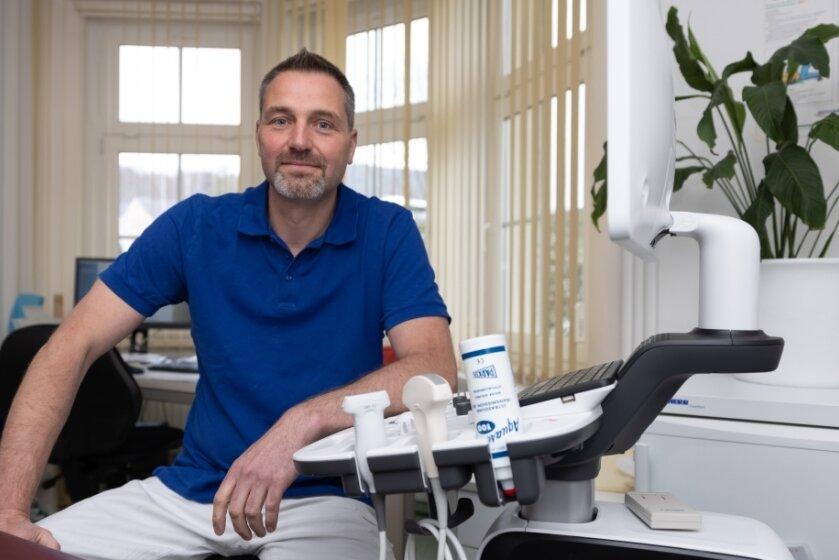 Dr. Ulf Bellmann impft in seiner Hausarztpraxis in Geyer seit zwei Wochen gegen das Coronavirus. Ein Teil seines Teams hilft seit Monaten auch im Annaberger Impfzentrum, weshalb es bereits viel Erfahrung im Umgang mit dem Impfstoff gibt.