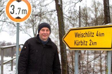 Der Straßberger Ortsvorsteher Dieter Blechschmidt hofft, dass die Straße nach Kürbitz in diesem Jahr saniert wird.