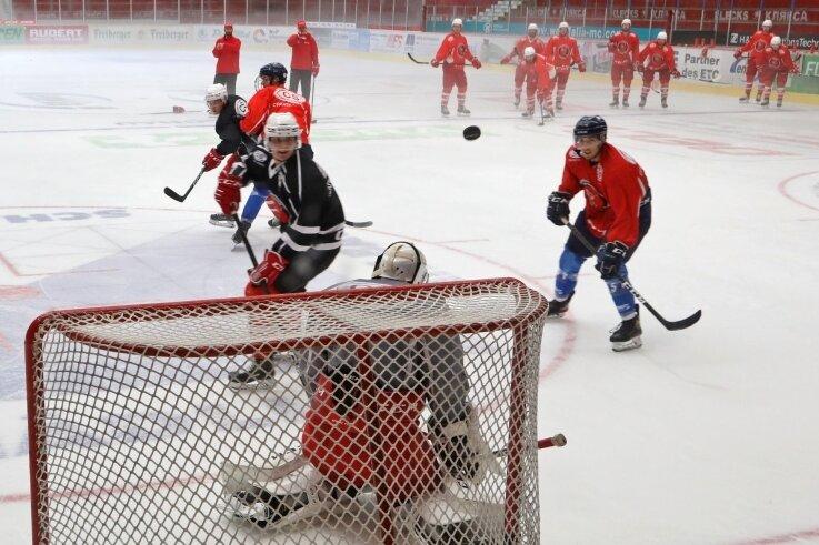Seit Montag trainieren die Profis der Eispiraten Crimmitschau wieder im Kunsteisstadion im Sahnpark.