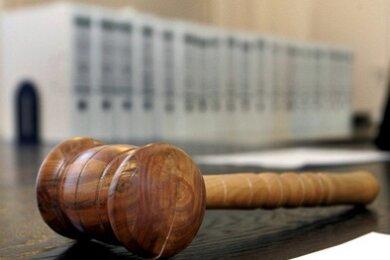 Das Amtsgericht beschäftigt sich jetzt mit einem seltenen Fall. Auf der Anklagebank sitzt ein Mann, der rund 38.000 Euro zulasten eines engen Familienangehörigen veruntreut haben soll.