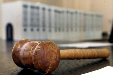 Eine Sekretärin aus Plauen ist wegen versuchten Totschlags angeklagt. Ihr Mann, den sie niedergestochen haben soll, will sie trotzdem noch.