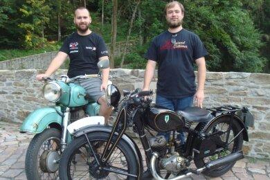 Benjamin Seidel mit seiner MZ ES 250 (l.) und Willy Ludwig mit seiner DKW KM 200.