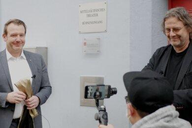 OB Sven Krüger (l.) und Intendant Ralf-Peter Schulze drehten ein Video zur Mitgliedschaft in der Perspectiv-Gesellschaft. Diese Aufnahme sowie Videogrüße von Schauspielerin Helen Mirren und Perspectiv-Präsident Mark Fox werden zum Welttheatertag am Samstag ins Netz gestellt.