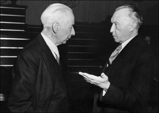 THEODOR HEUSS (1949-59) galt als Glücksfall für die junge Republik. Seiner Amtsführung war es zu verdanken, dass das Amt des Bundespräsidenten zu hohem Ansehen gelangte. Dem Liberalen gelang es, Vorurteile der Weltöffentlichkeit gegen die Deutschen abzubauen. 1959 wurde sogar erwogen, ihm durch eine Änderung des Grundgesetzes eine dritte Amtszeit zu ermöglichen. Heuss lehnte ab, um keinen Präzedenzfall zu schaffen.