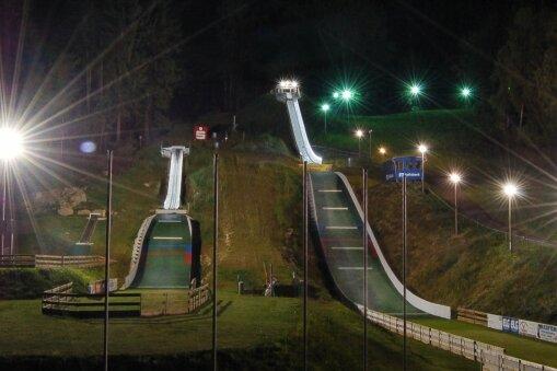 Es weihnachtet: Drei topmoderne Nachwuchsschanzen mit Flutlichtanlage und Aufstiegshilfe stehen im Oberlausitzer Sohland für die Skisportler zur Verfügung.