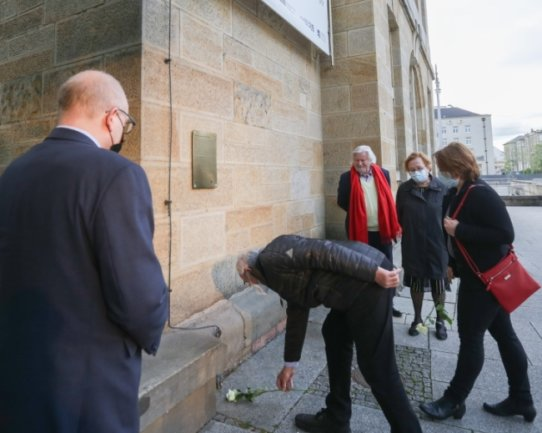 Zur Benennung des Platzes vor den Kunstsammlungen in Arthur-Weiner-Platz legten Stadträte weiße Rosen an einer Gedenktafel nieder. Auf ihr werden die Verdienste und das Schicksal Arthur Weiners erläutert.