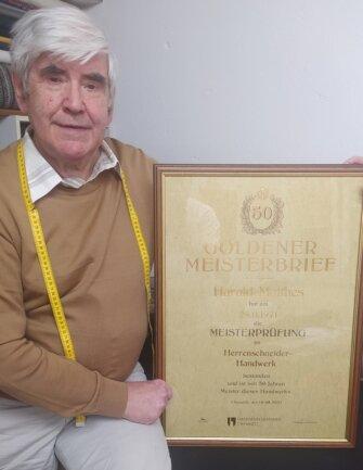72 Altmeister aus dem Kammerbezirk Chemnitz bekamen nach 50 Jahren ihre Goldenen Meisterbriefe überreicht. Einer von ihnen ist der Neuhausener Harald Matthes. 1971 legte er die Meisterprüfung ab. Noch heute ist der77-Jährige in seinem Beruf tätig.