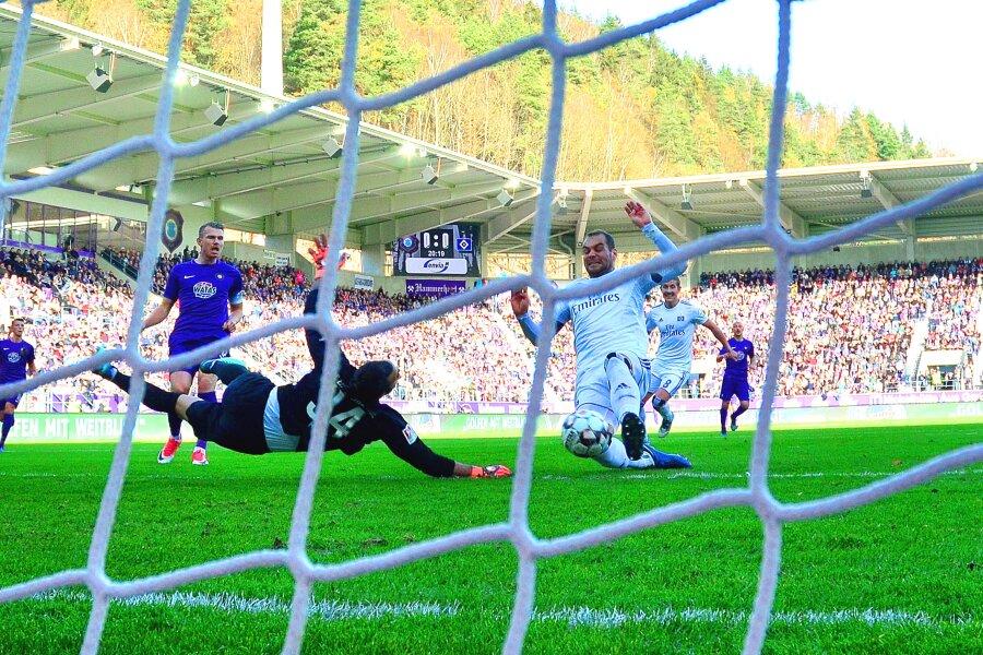 Lasogga trifft zum 1:0 für Hamburg.
