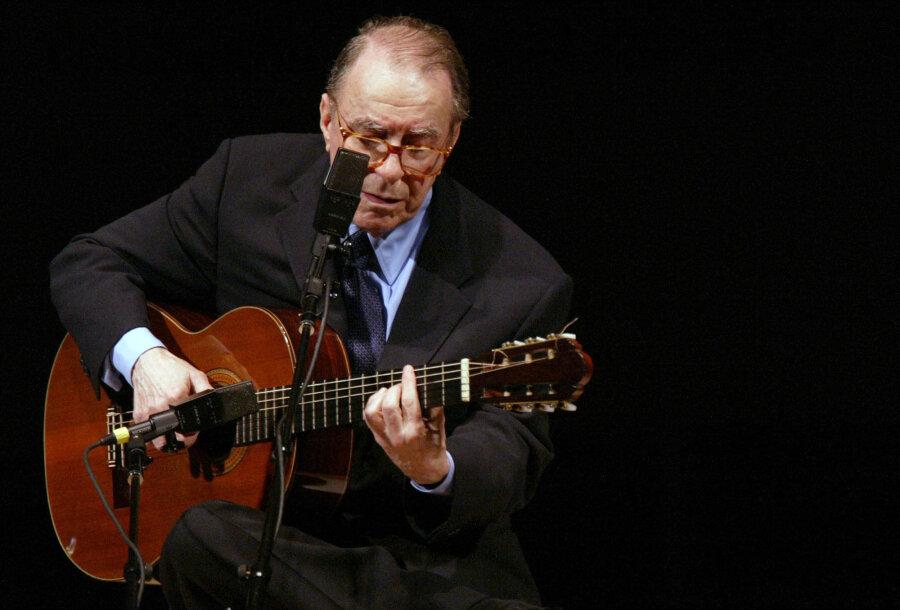 2004, USA, New York: Der brasilianische Komponist Joao Gilberto tritt in der Carnegie Hall auf. Der legendäre brasilianische Sänger und Gitarrist João Gilberto ist tot. Nach Angaben des Nachrichtenportals G1 starb Gilberto am Samstag im Alter von 88 Jahren in seinem Haus in Rio de Janeiro.