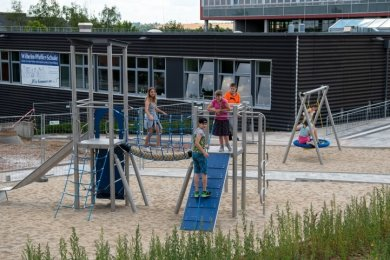 Die Schüler der Wilhelm-Pfeffer-Förderschule in Rochlitz haben ihr neues Spielgerät bereits in Beschlag genommen.
