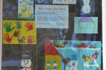 """Bunte Grüße der Verbundenheit am Fenster der Kita """"Langenauer Spatzen"""": In der Notbetreuung haben Kinder gemalt und gebastelt, andere haben von zu Hause Bilder geschickt."""