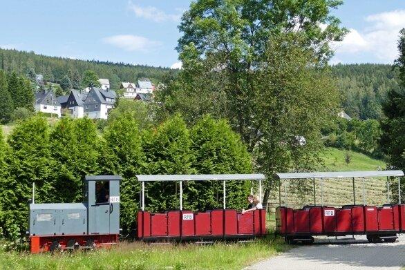 Auf ihrer landschaftlich reizvollen Strecke im Pöhlwassertal bietet die Feldbahn mit Lok und Wagen stets auch ein lohnendes Bildmotiv.