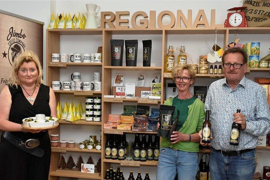 Der Genießerladen in Bad Elster: Inhaber ist Siegfried Schuster, seine Frau Amina (Mitte) und Simone Schlosser führen das Geschäft.
