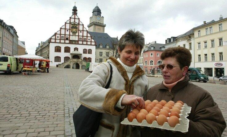 Der Altmarkt als Wochenmarkt und sogar als Parkzone? Karla Bienert (r.) verkaufte am Donnerstag Lebensmittel. Renate Meinel griff zu.