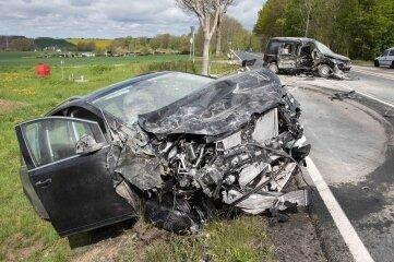 Bei einem Unfall auf der B 101 sind drei Menschen schwer verletzt worden.