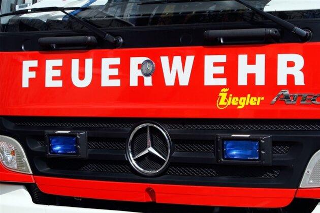 Feuerwehr löscht brennenden Lkw auf A4