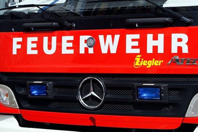 Garage mit Auto steht in Plauen in Flammen