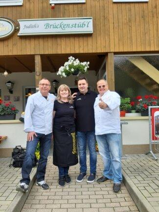 """""""Brückenstüb'l""""-Wirtin Judith Hertwig mit Ehemann Ronny und den TV-Köchen Achim Müller (rechts) und Henry Borchardt (links)."""