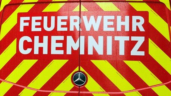 Chemnitz: Unbekannte setzen Auto und Kleidercontainer in Brand