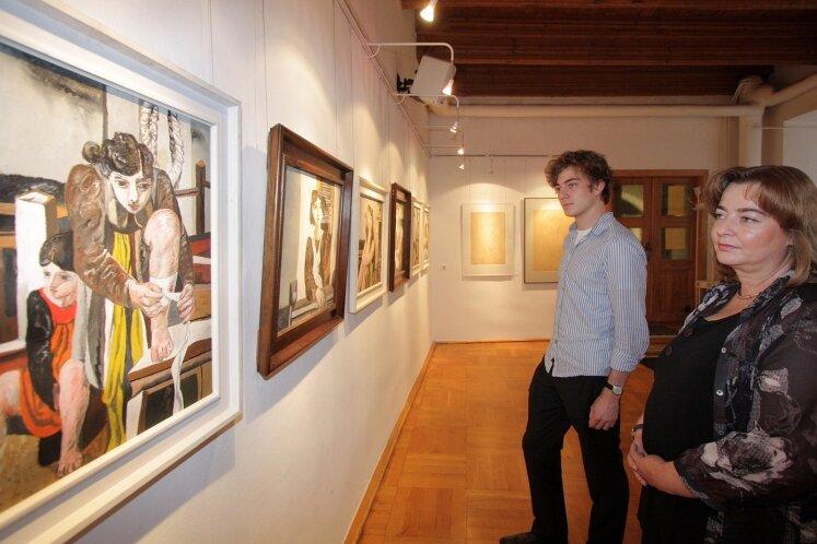 Sind es die Augen seiner Tochter, die Willi Sitte inspirierten? Kurz vor Beginn der Ausstellungseröffnung sahen sich Tochter Sarah Rohrberg und Enkelsohn Johannes in der Galerie Art Gluchowe noch einmal um.