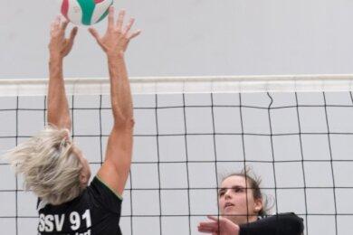 Abgeblockt: Die jungen VVF-Damen um Anita Takev (r.) scheiterten knapp am Team aus Brand-Erbisdorf um Simone Spitzenberger (l.).